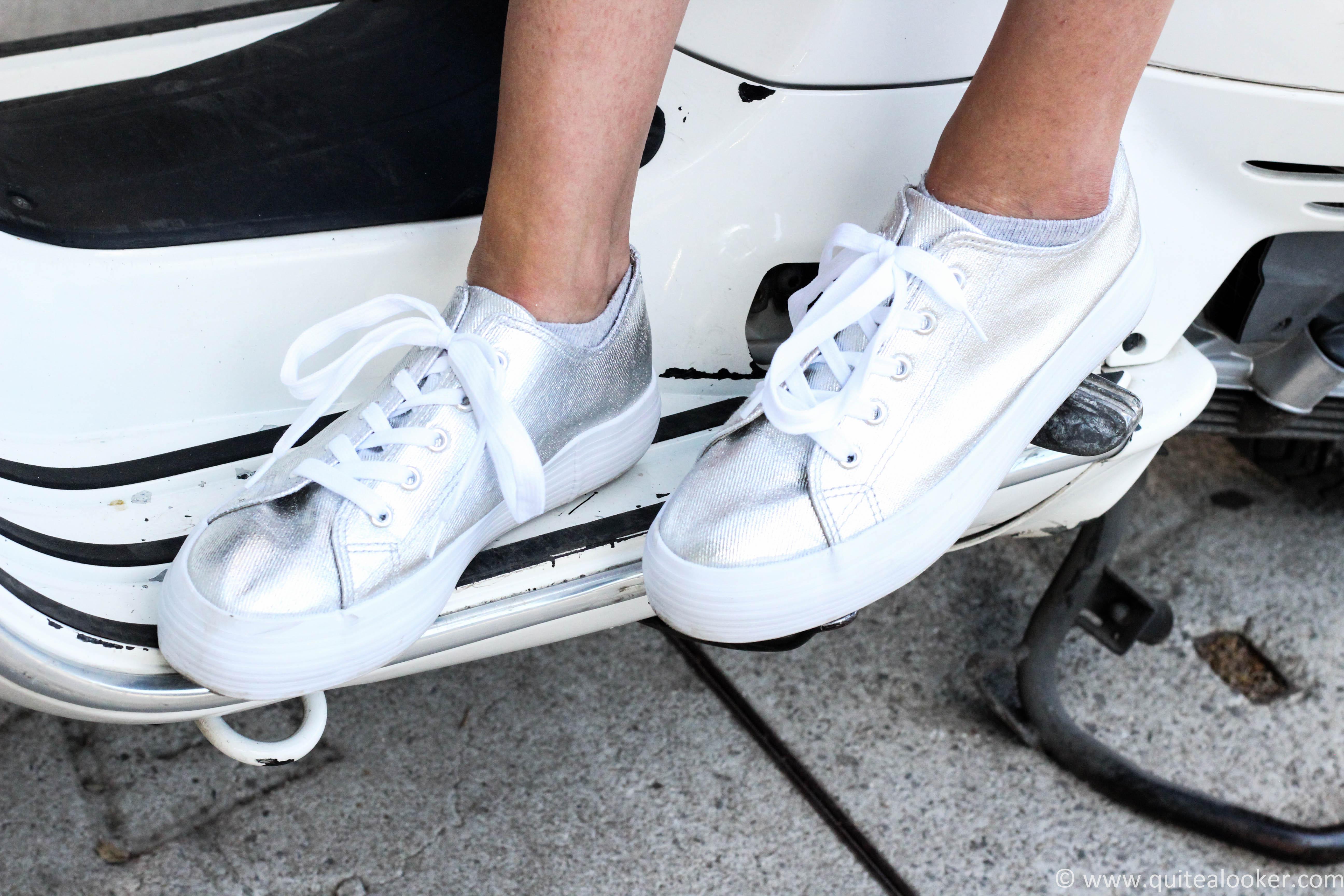 Летен аутфит пост от български моден блог Quite a Looker www.quitealooker.com българска модна блогърка Михаела Deichmann България обувки сребристи кецове маратонки гащеризон H&M Vespa Polette слънчеви очила